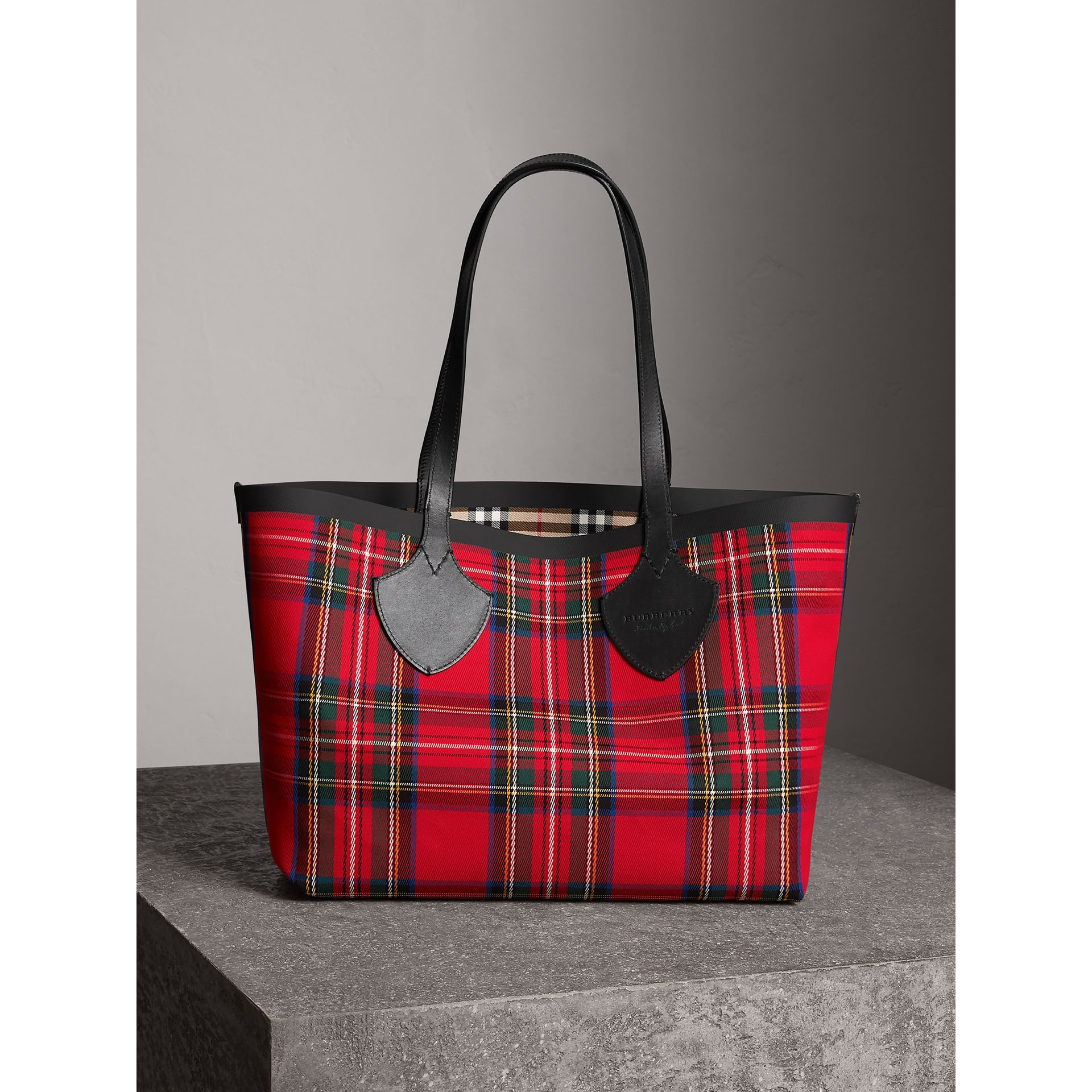 Sac tote The Giant moyen en Vintage check (Jaune Antique/rouge Vif) | Burberry - photo de la galerie 1