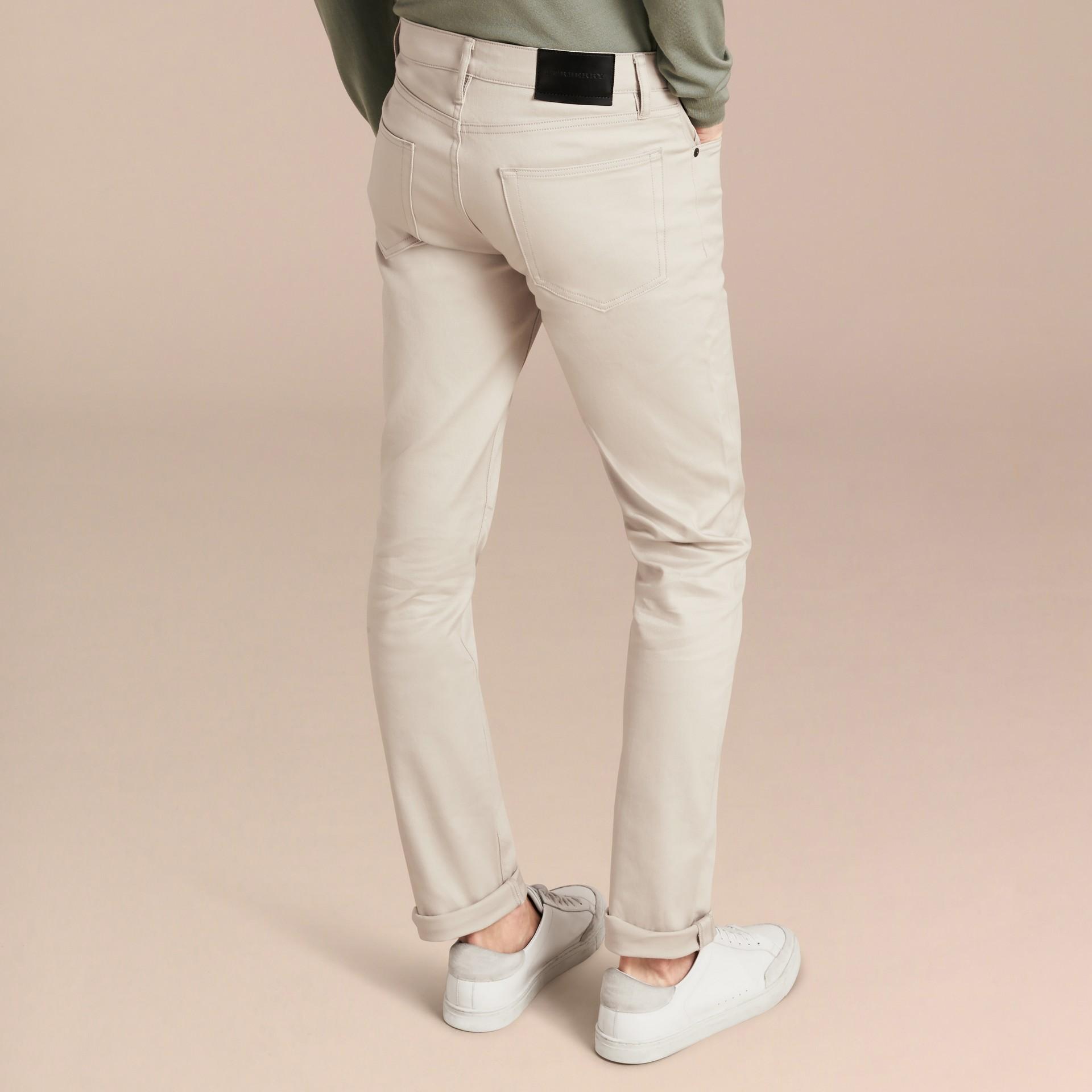 淡石色 修身剪裁日本伸縮牛仔褲 淡石色 - 圖庫照片 3