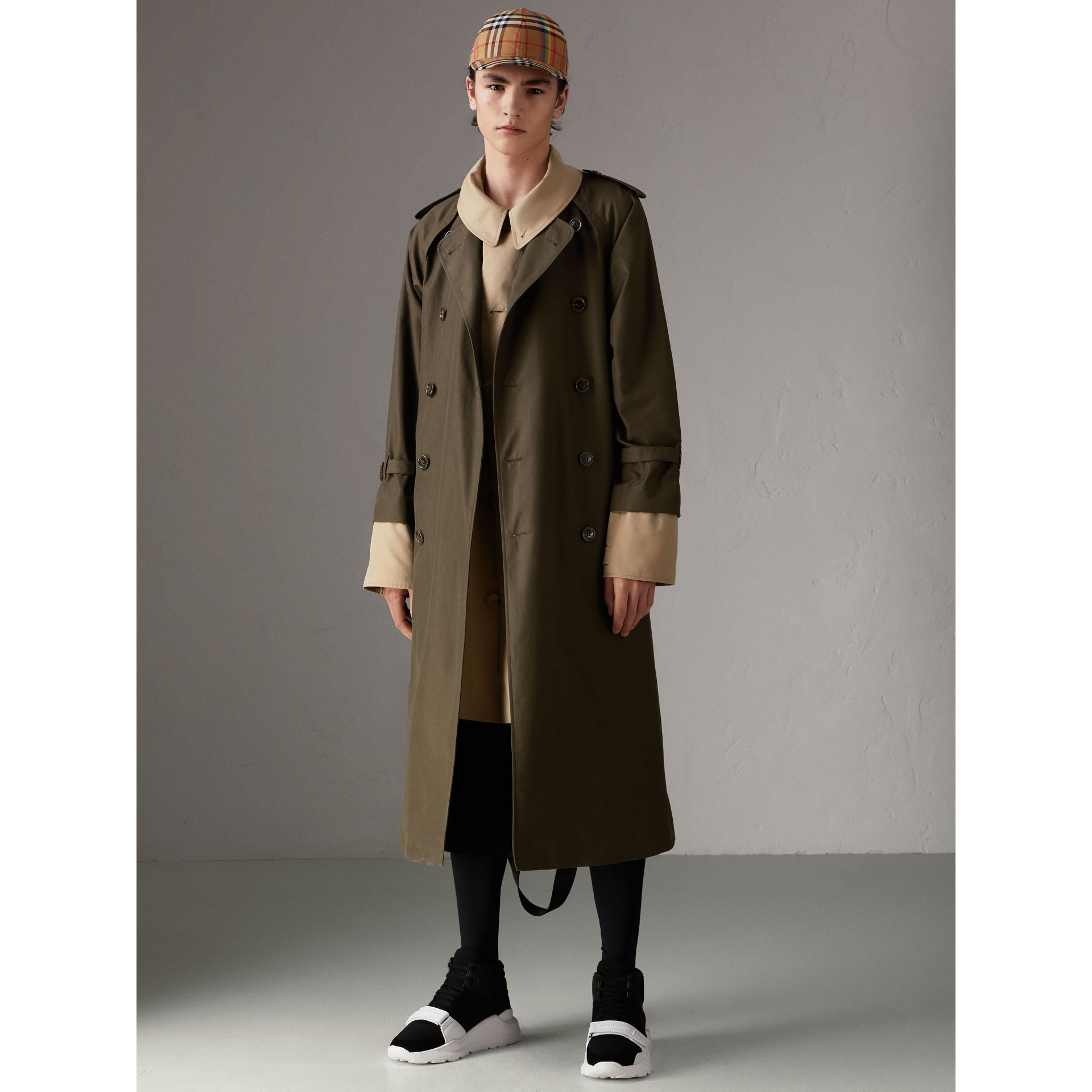 Trench coat in gabardine tropicale (Verde Cachi Scuro) | Burberry - immagine della galleria 5