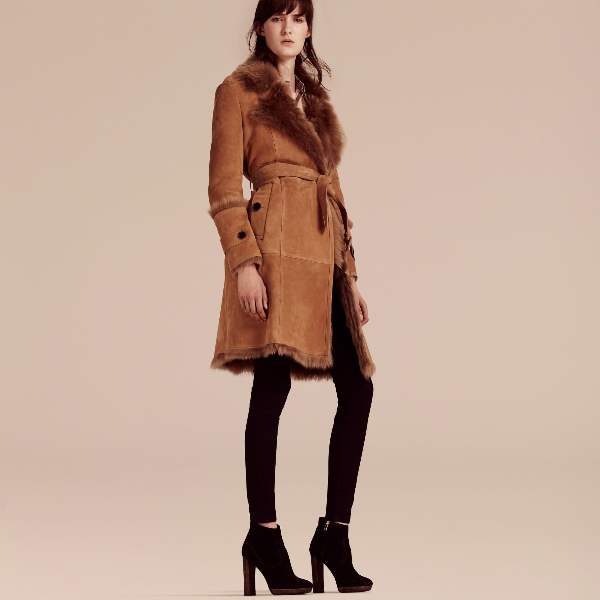 Cammello scuro Cappotto a vestaglia in shearling - immagine della galleria 5