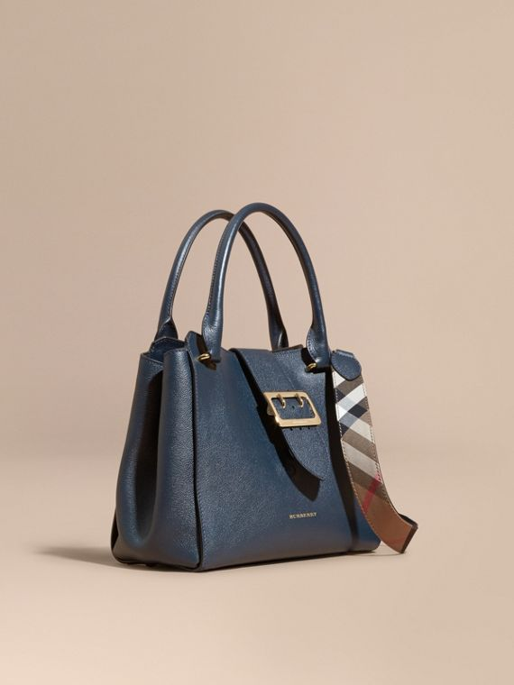 Borsa tote The Buckle media in pelle a grana Blu Carbonio