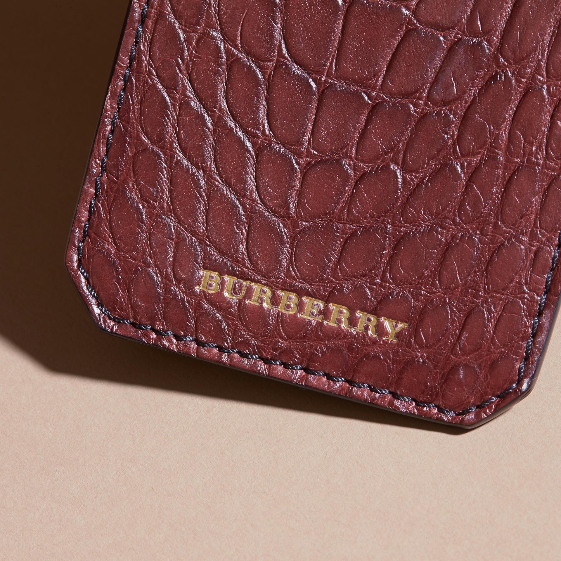 Etiqueta de equipaje en piel de caimán (Granate Oscuro) | Burberry - imagen de la galería 2
