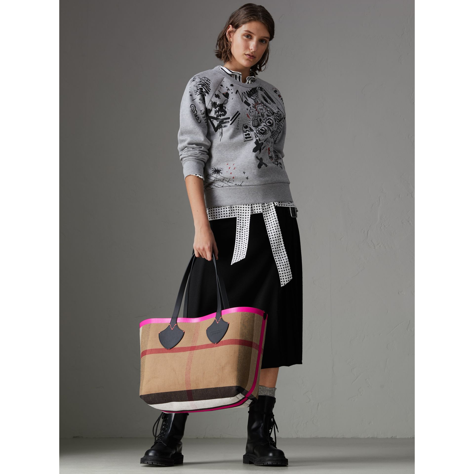 The Medium Giant Reversible Tote in Canvas and Leather in Black/neon Pink | Burberry United States - gallery image 2