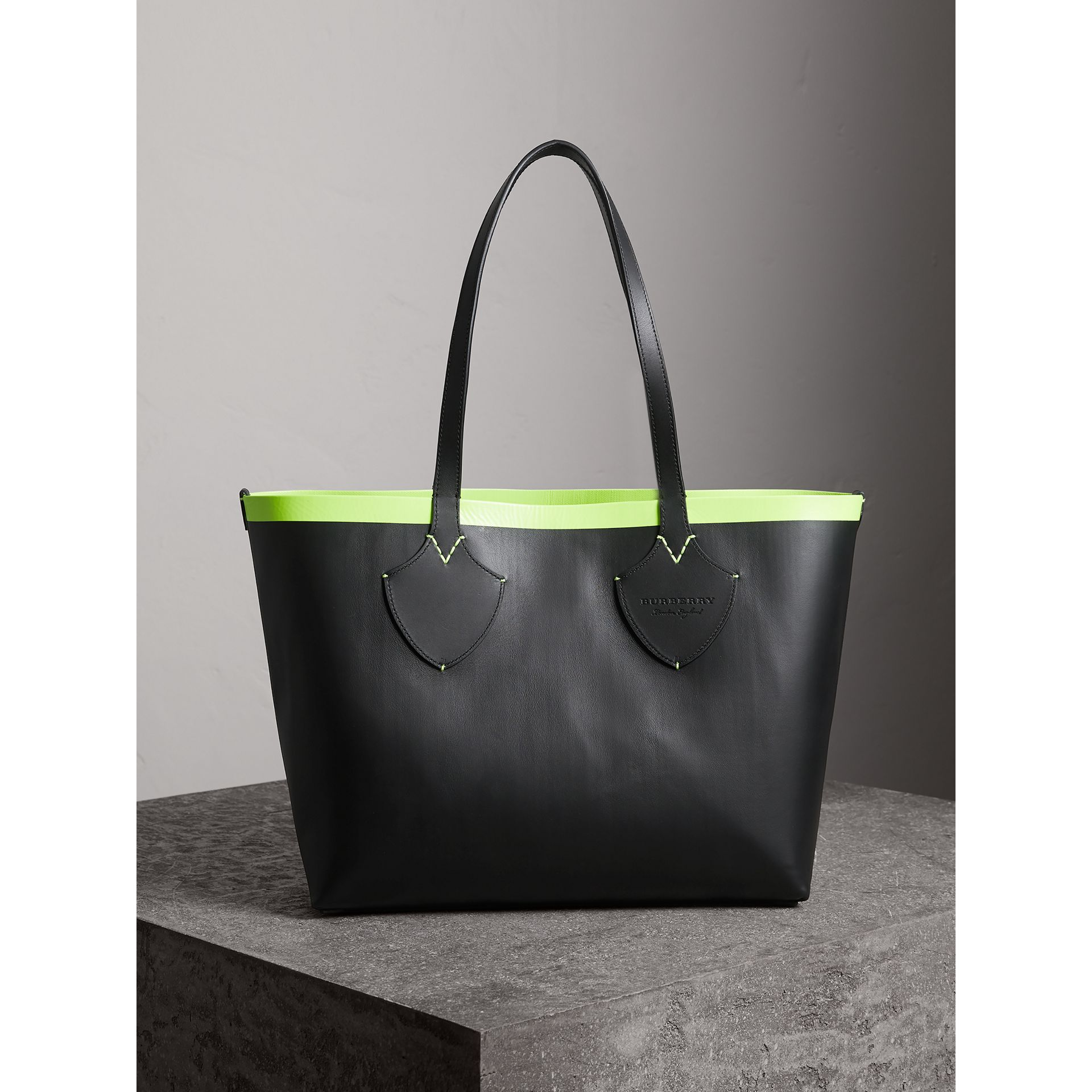 The Medium Giant Reversible Tote in Canvas and Leather in Black/neon Yellow | Burberry Australia - gallery image 3