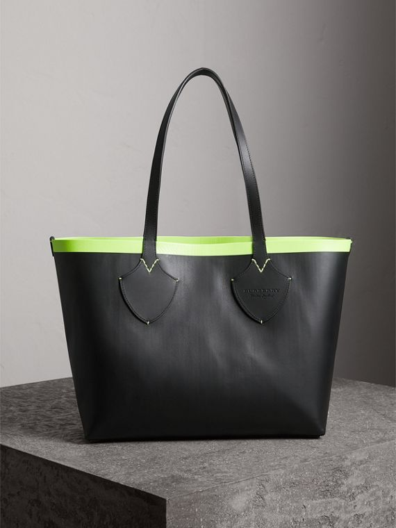 The Medium Giant Reversible Tote in Canvas and Leather in Black/neon Yellow | Burberry Singapore - cell image 3