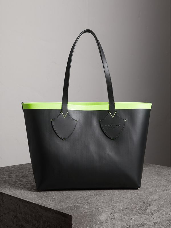 The Medium Giant Reversible Tote in Canvas and Leather in Black/neon Yellow | Burberry Australia - cell image 3