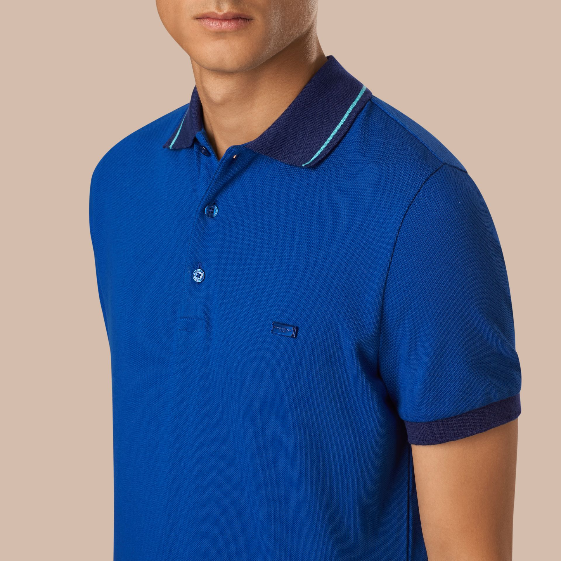 Kobaltblau/helles peridotblau Poloshirt aus Baumwollpiqué mit Kontrastbesatz Kobaltblau/helles Peridotblau - Galerie-Bild 3