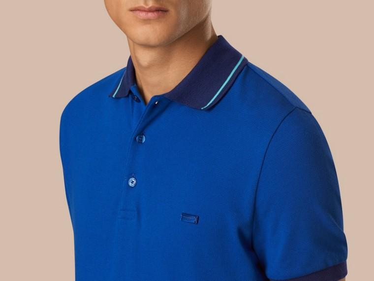 Kobaltblau/helles peridotblau Poloshirt aus Baumwollpiqué mit Kontrastbesatz Kobaltblau/helles Peridotblau - cell image 2