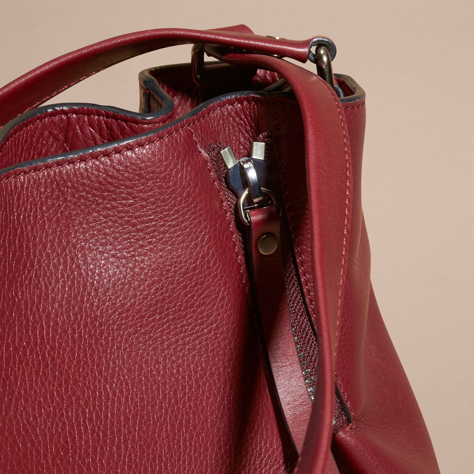 Rouge bourgogne Sac tote medium en cuir orné de touches check - photo de la galerie 6
