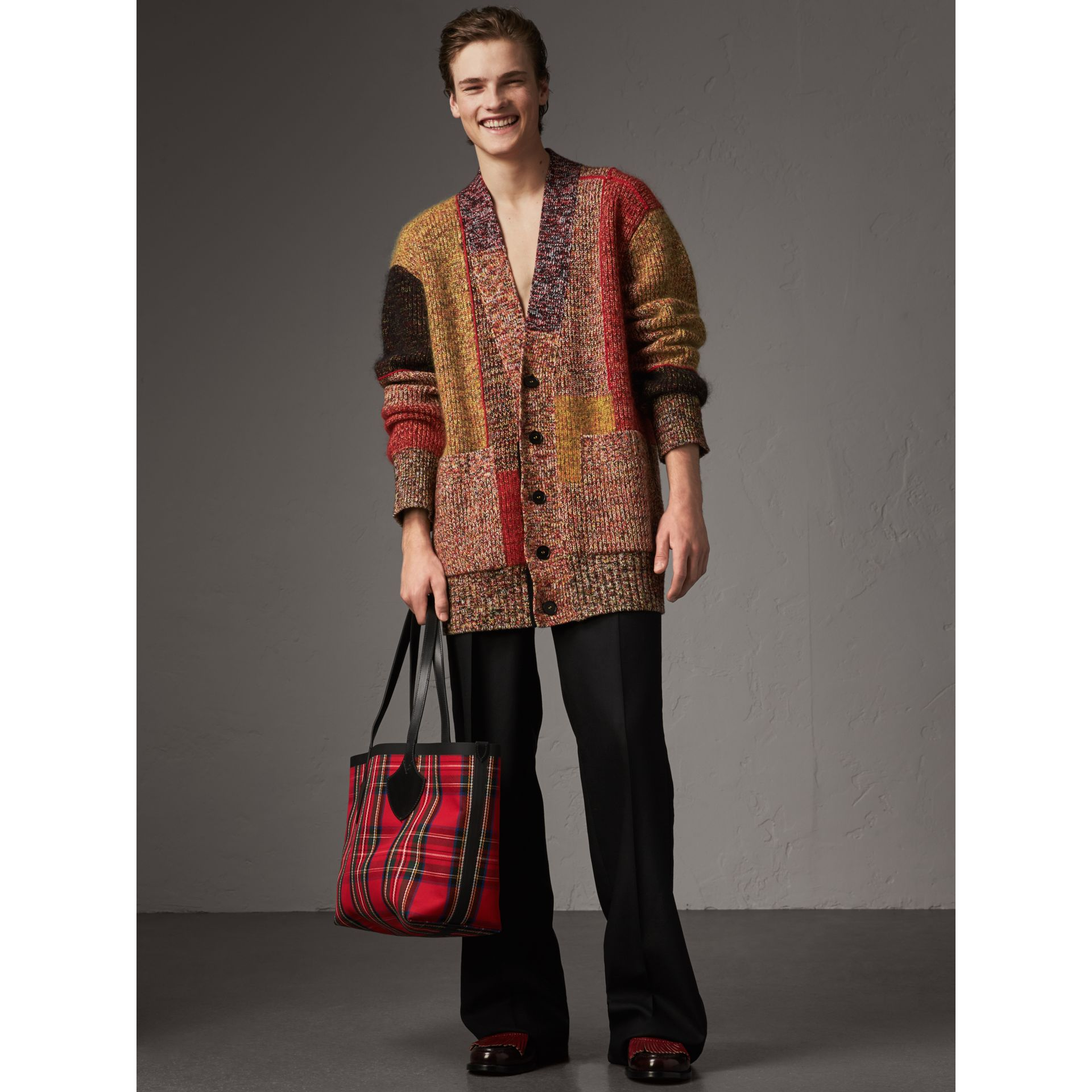 Sac tote The Giant moyen en Vintage check (Jaune Antique/rouge Vif) | Burberry Canada - photo de la galerie 3