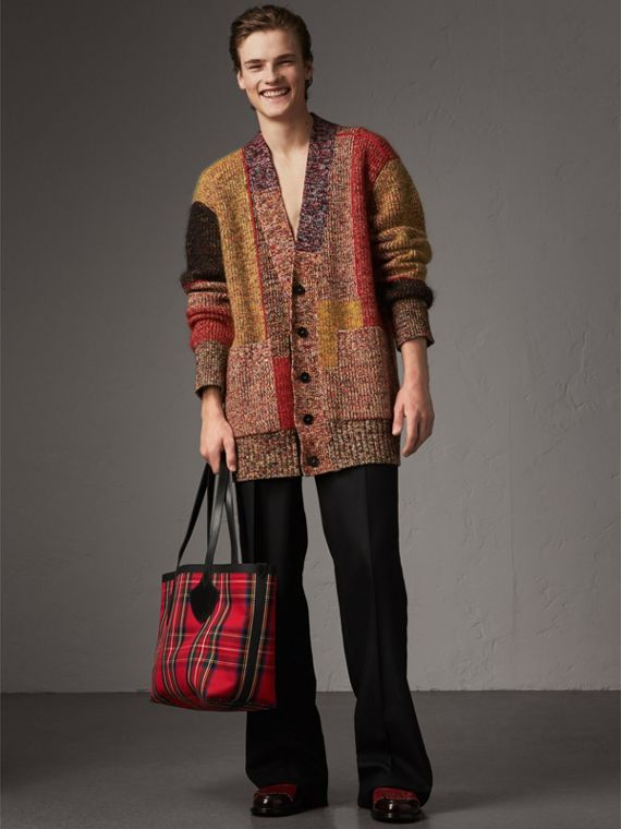 The Medium Giant Reversible Tote in Vintage Check in Antique Yellow/bright Red | Burberry United Kingdom - cell image 3