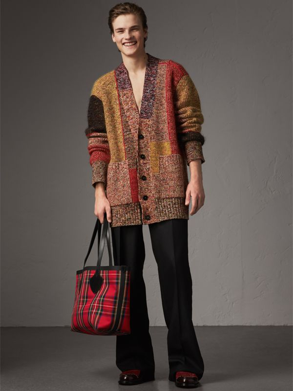 The Medium Giant Reversible Tote in Vintage Check in Antique Yellow/bright Red | Burberry Australia - cell image 3