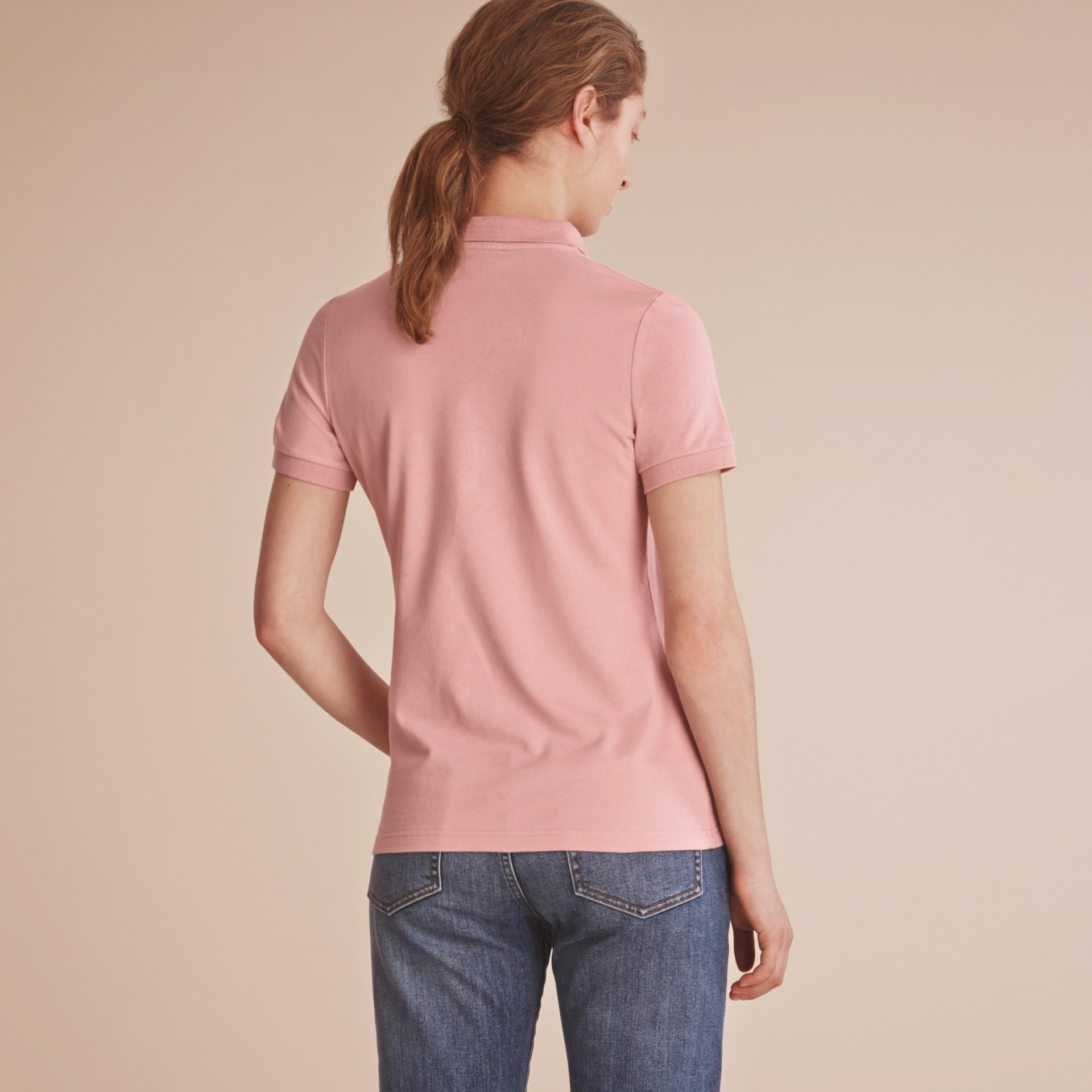 Camisa polo de algodão com detalhe de renda e xadrez (Nude) - Mulheres | Burberry - galeria de imagens 2