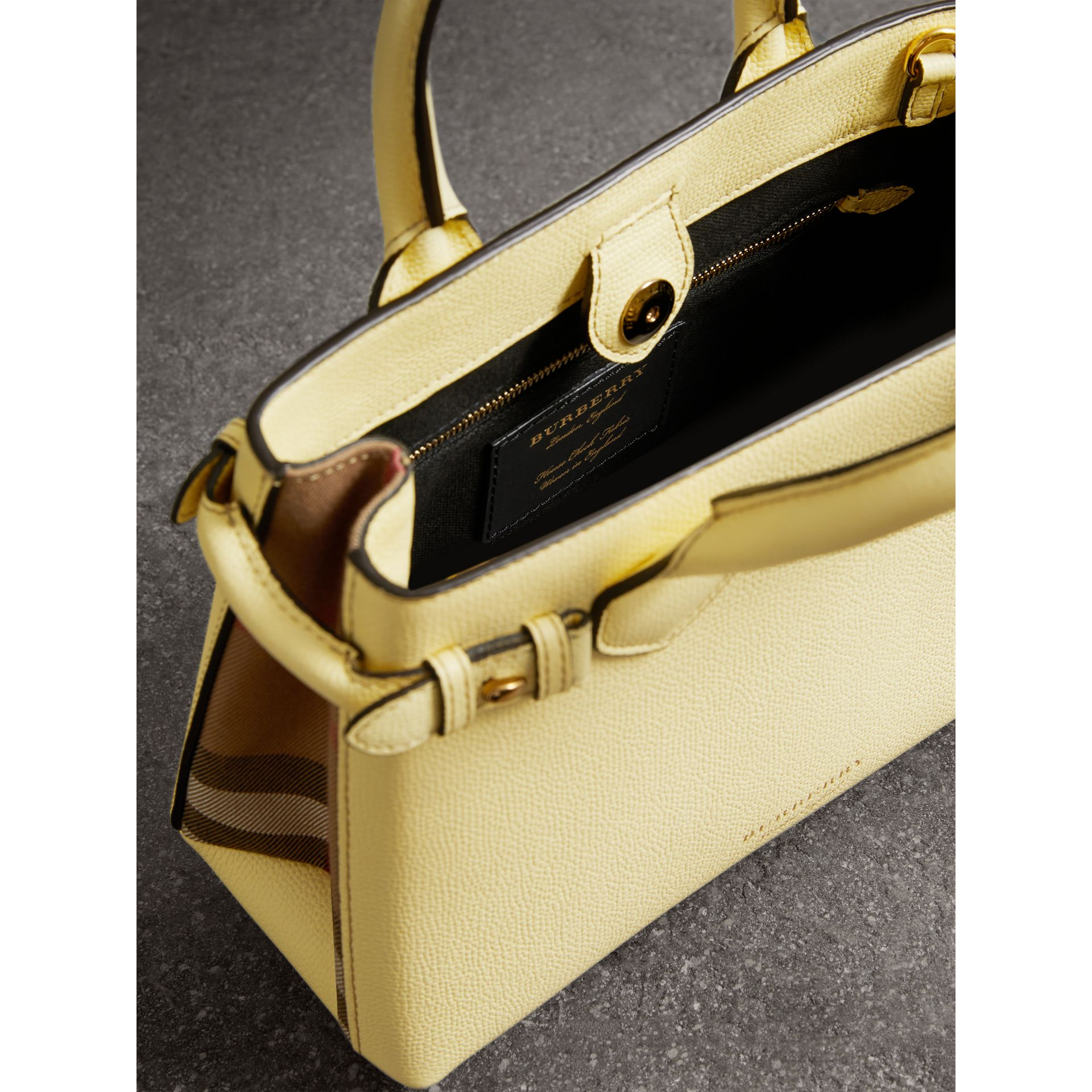 Petit sac The Banner en cuir et coton House check (Jaune Camomille) - Femme | Burberry - photo de la galerie 4
