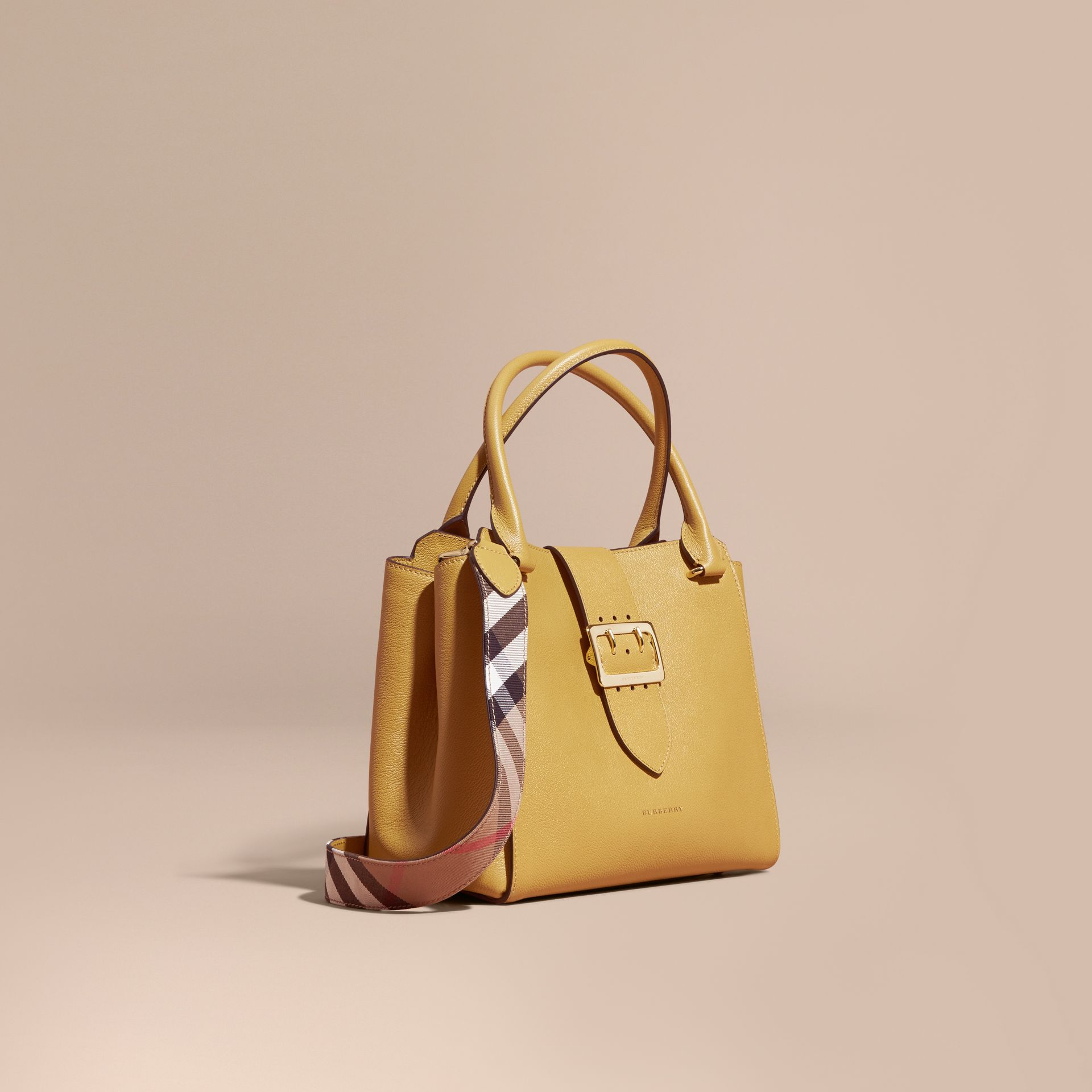 Quartz jaune Sac tote The Buckle medium en cuir grené Quartz Jaune - photo de la galerie 1