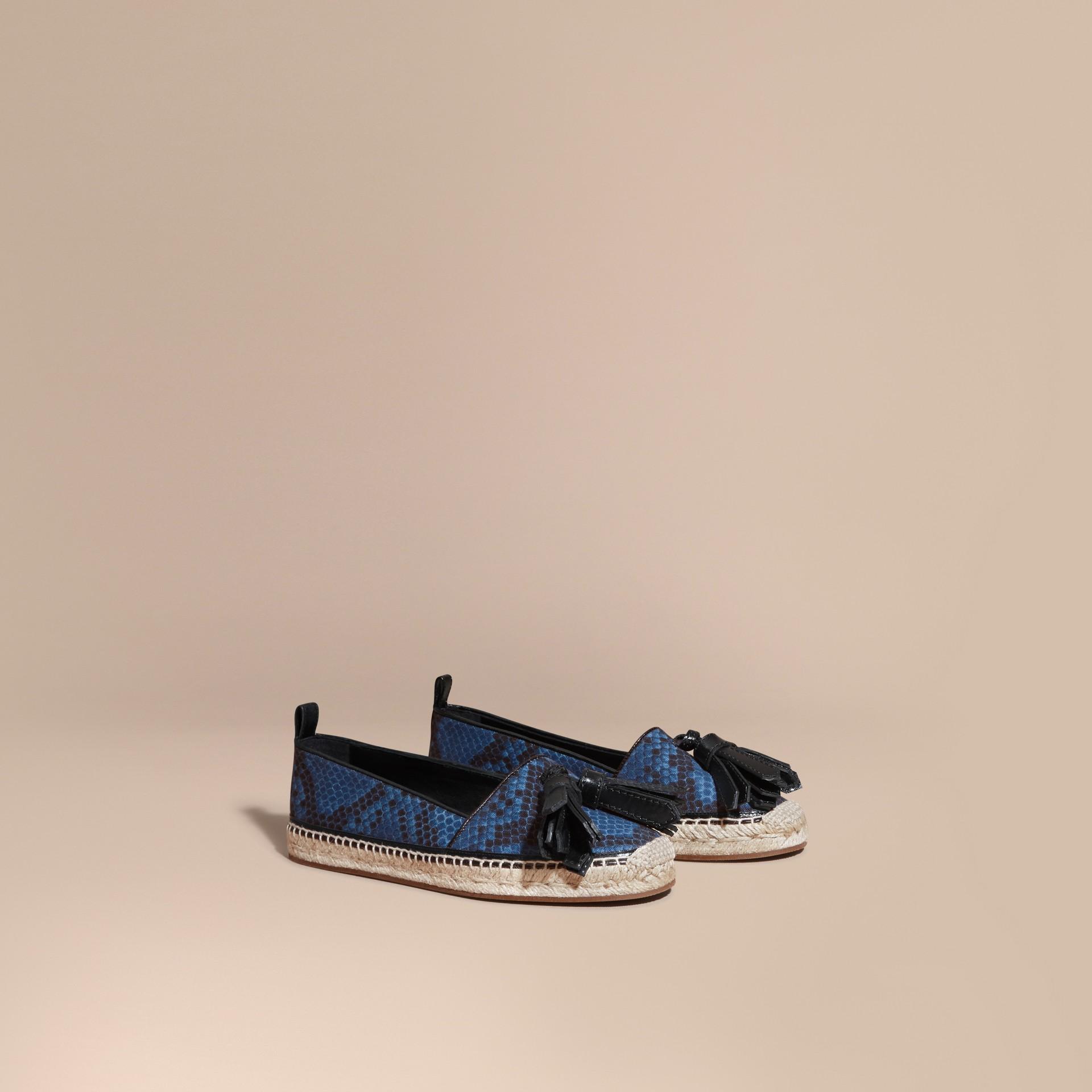 Bleu minéral Espadrilles en cuir et coton à imprimé python avec pampilles Bleu Minéral - photo de la galerie 1