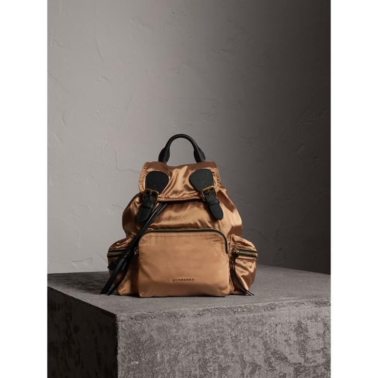 Burberry - Sac The Rucksack moyen en nylon bicolore et cuir - 2