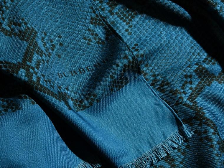 Mineral blue Poncho leve de lã, seda e cashmere com estampa de píton Mineral Blue - cell image 1