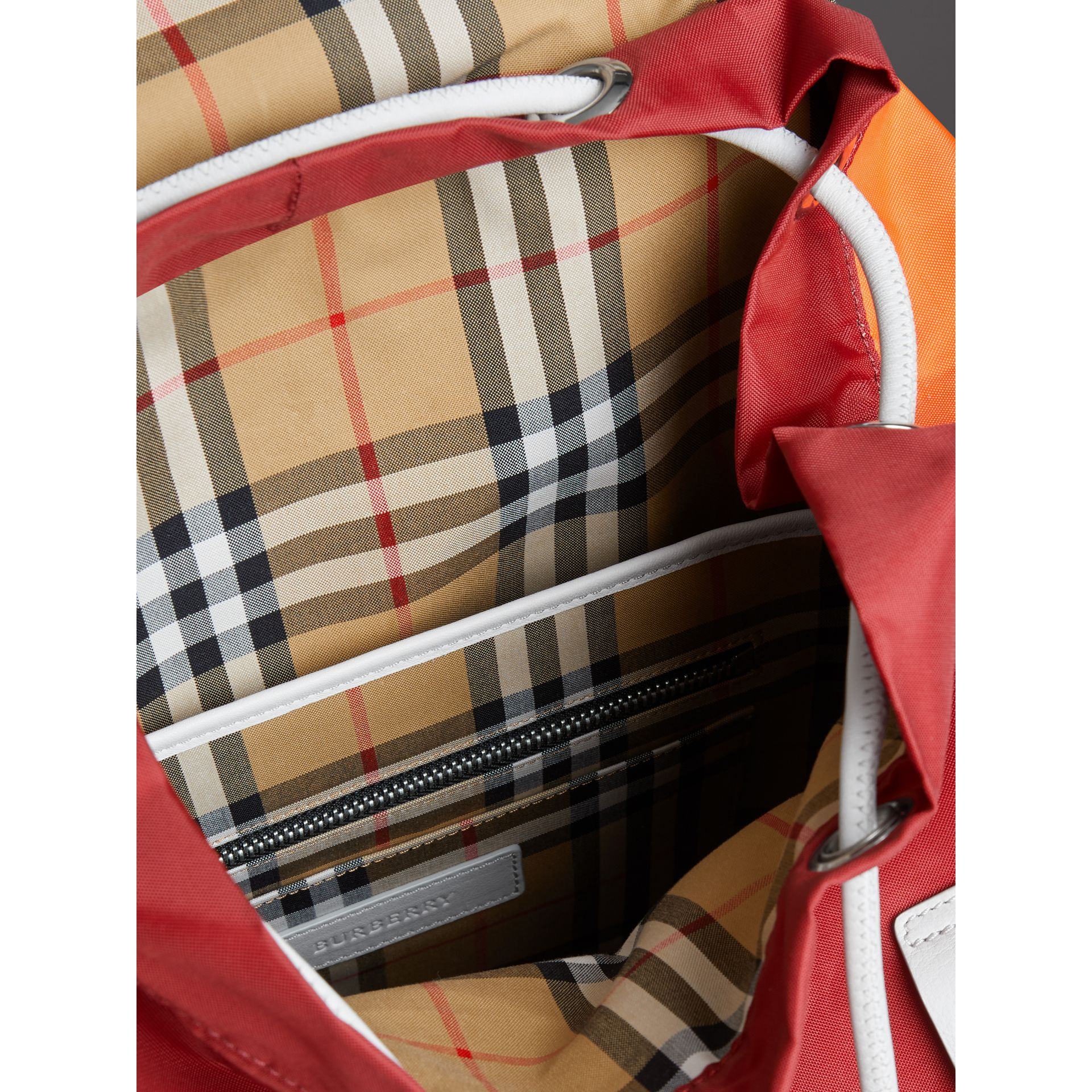Sac à dos en nylon et cuir tricolore (Rouge Parade) - Homme | Burberry - photo de la galerie 5