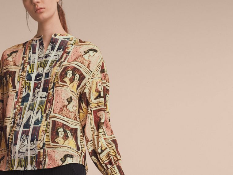 "Camisa en seda con estampado de ""Framed Heads"" y ""Reclining Figures"" (Marrón Ocre) - Mujer 
