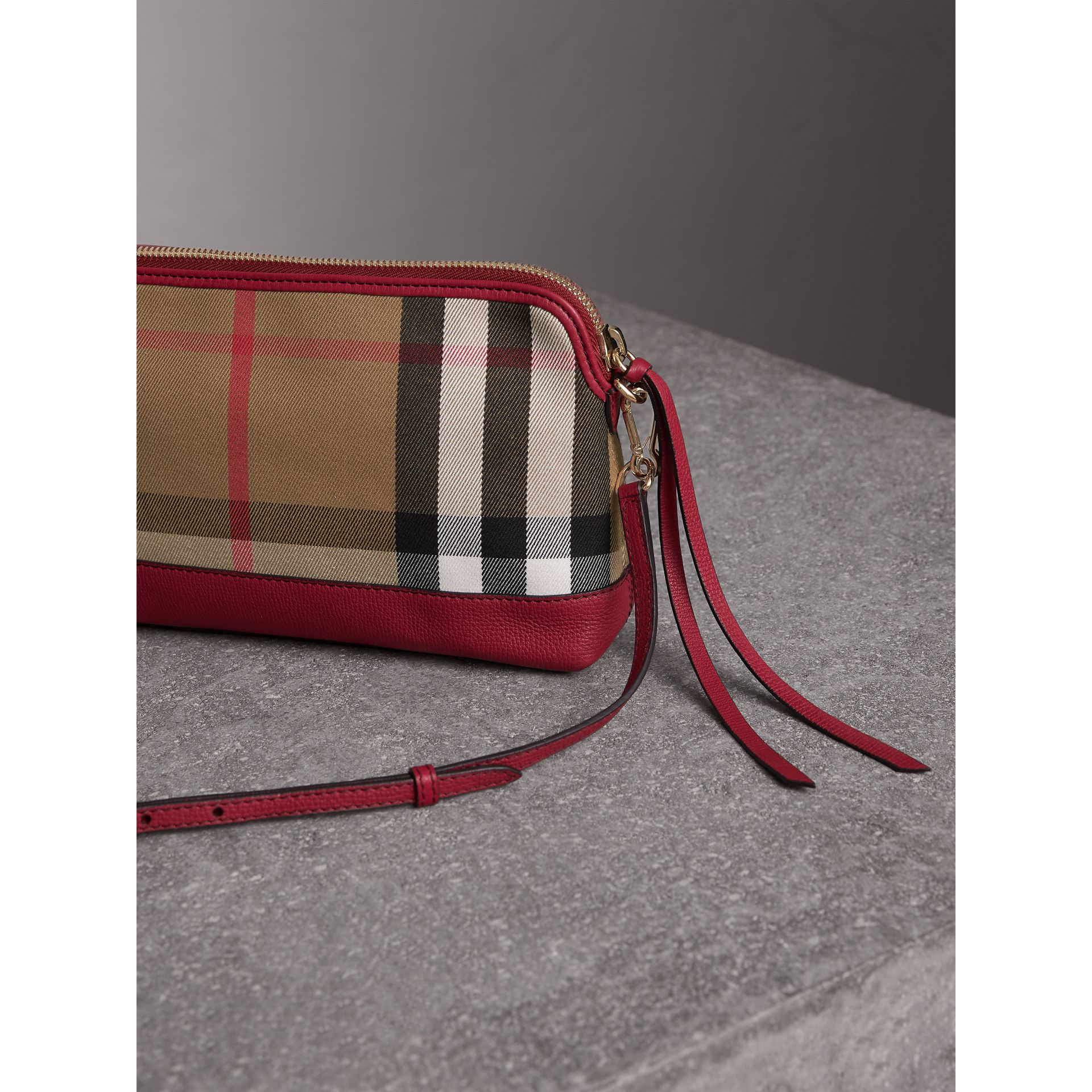 Clutch en coton House check et cuir (Rouge Feuille Morte) - Femme | Burberry - photo de la galerie 5