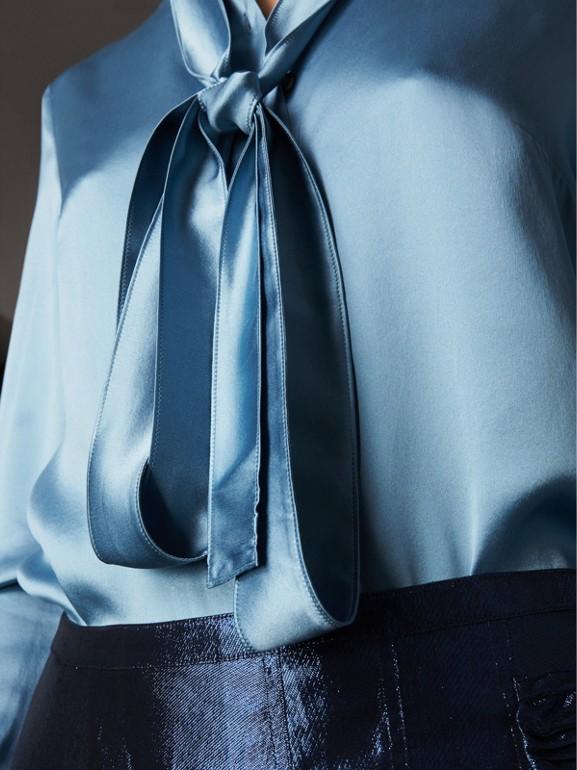 Camisa com gola laço de cetim de seda (Azul Claro) - Mulheres | Burberry - cell image 1