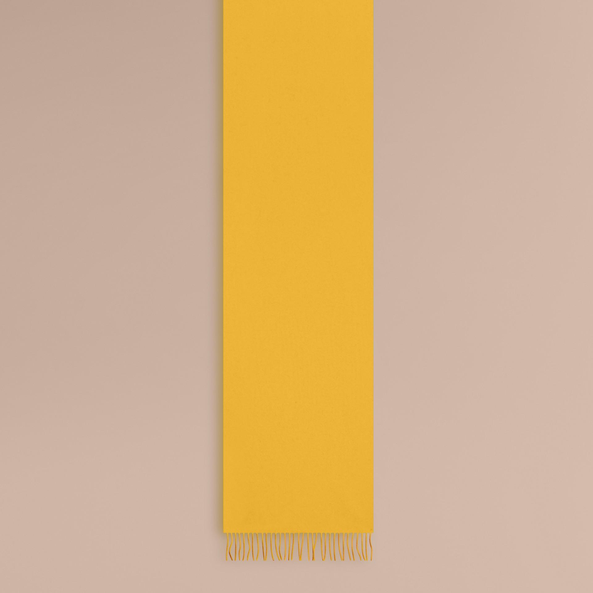 Cachecol clássico de cashmere (Gorse Yellow) - Mulheres | Burberry - galeria de imagens 1