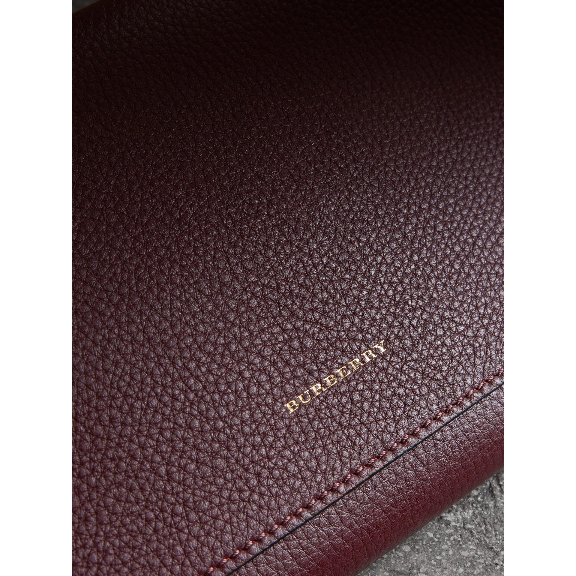 Pochette in pelle bicolore con cinturino (Rosso Violetto Intenso) - Donna | Burberry - immagine della galleria 1