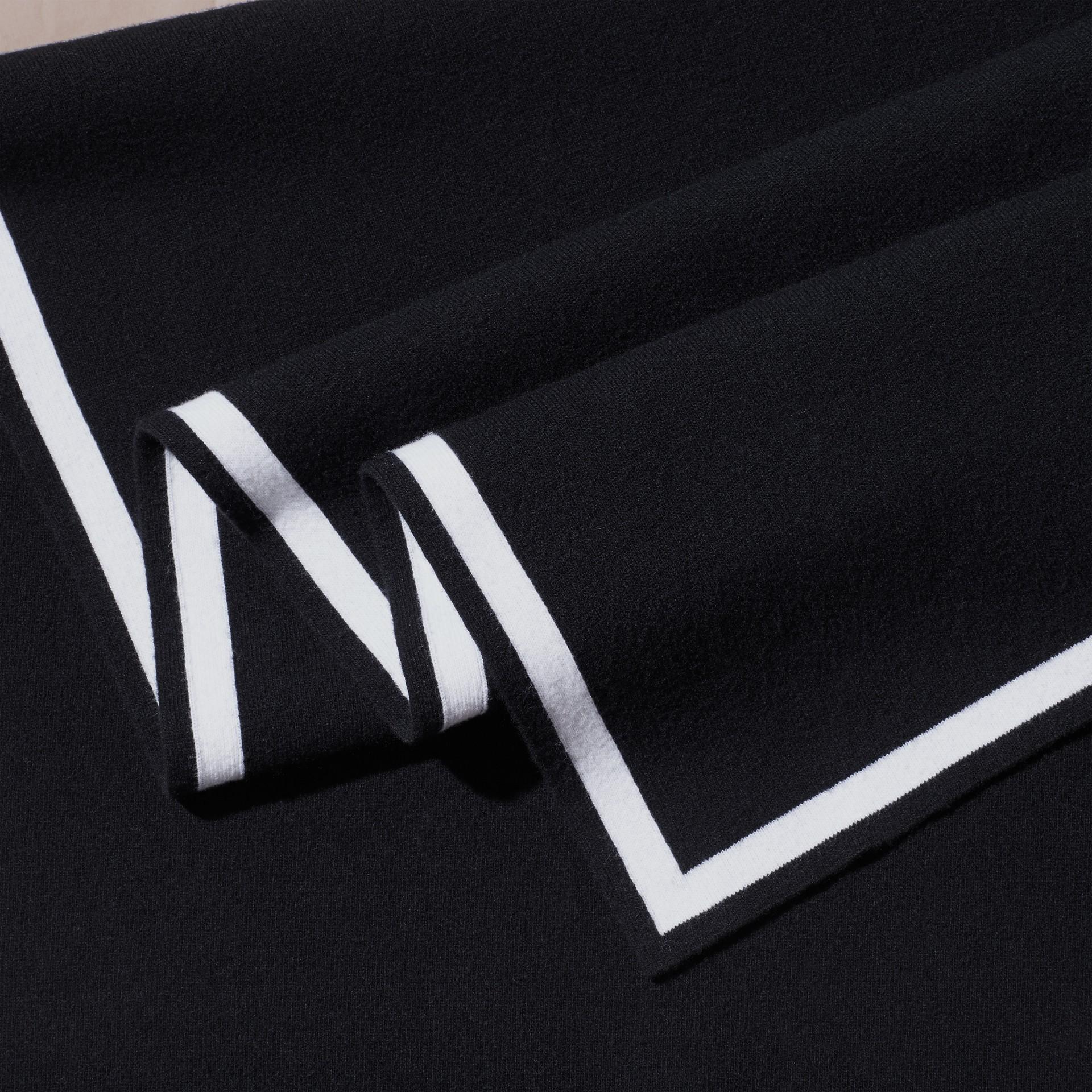 黑色/自然白 羊毛喀什米爾混紡斗篷 黑色/自然白 - 圖庫照片 2