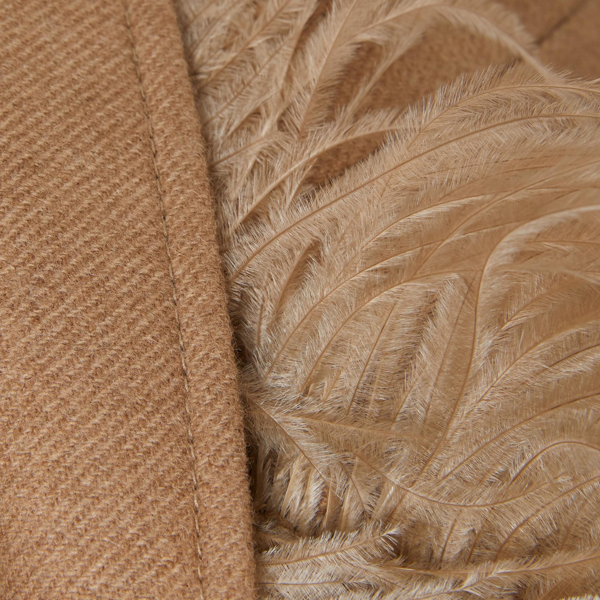 Abrigo de vestir en pelo de camello con detalle de plumas (Cámel) - Mujer | Burberry - imagen de la galería 7