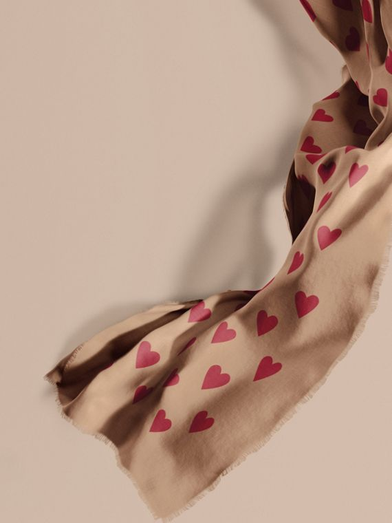 The Lightweight Cashmere Scarf in Heart Print Camel/parade Red
