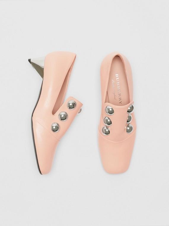 Sapatos de couro envernizado com detalhe de tachas (Rosa Fulvo Claro)