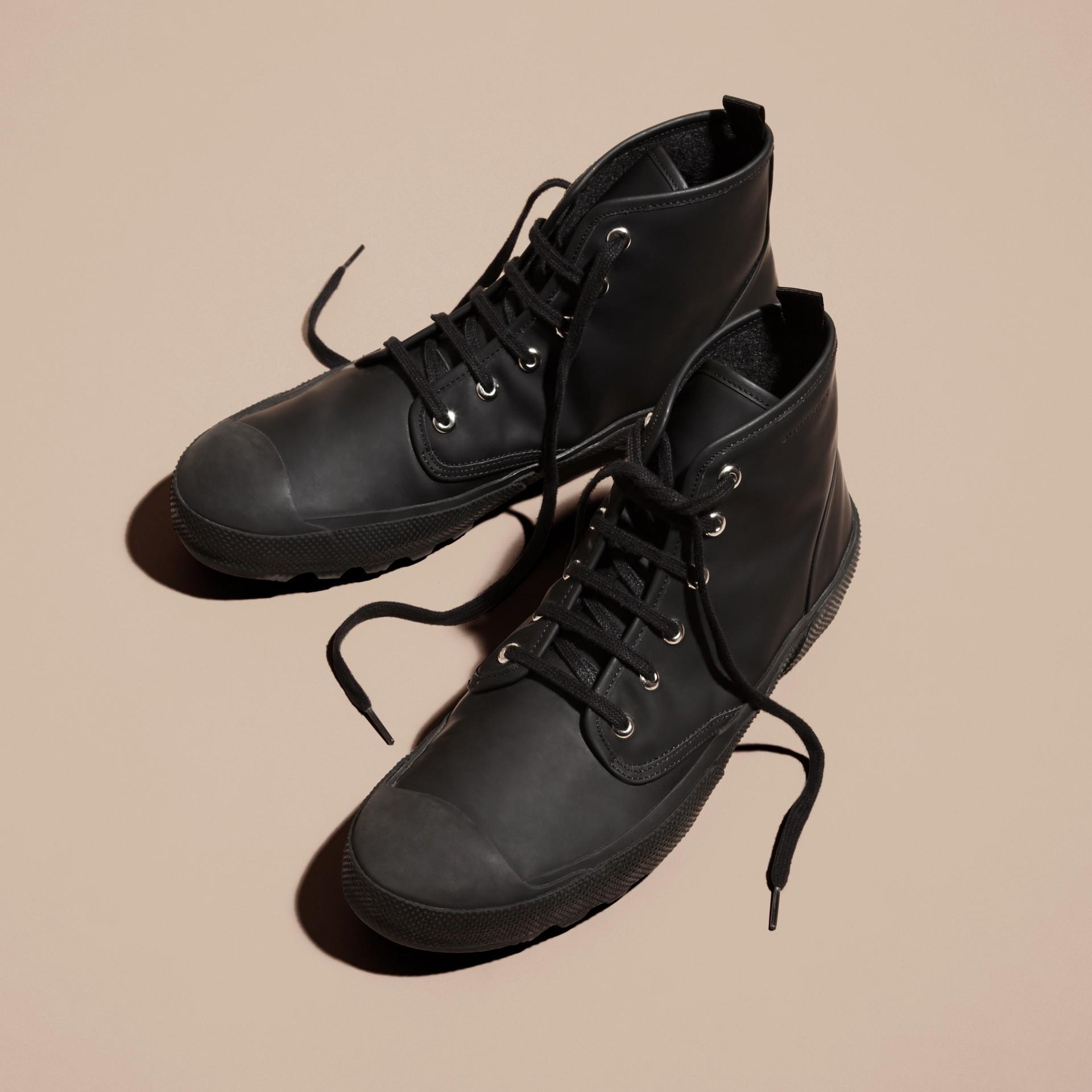 Nero Stivali con lacci in pelle gommata - immagine della galleria 4