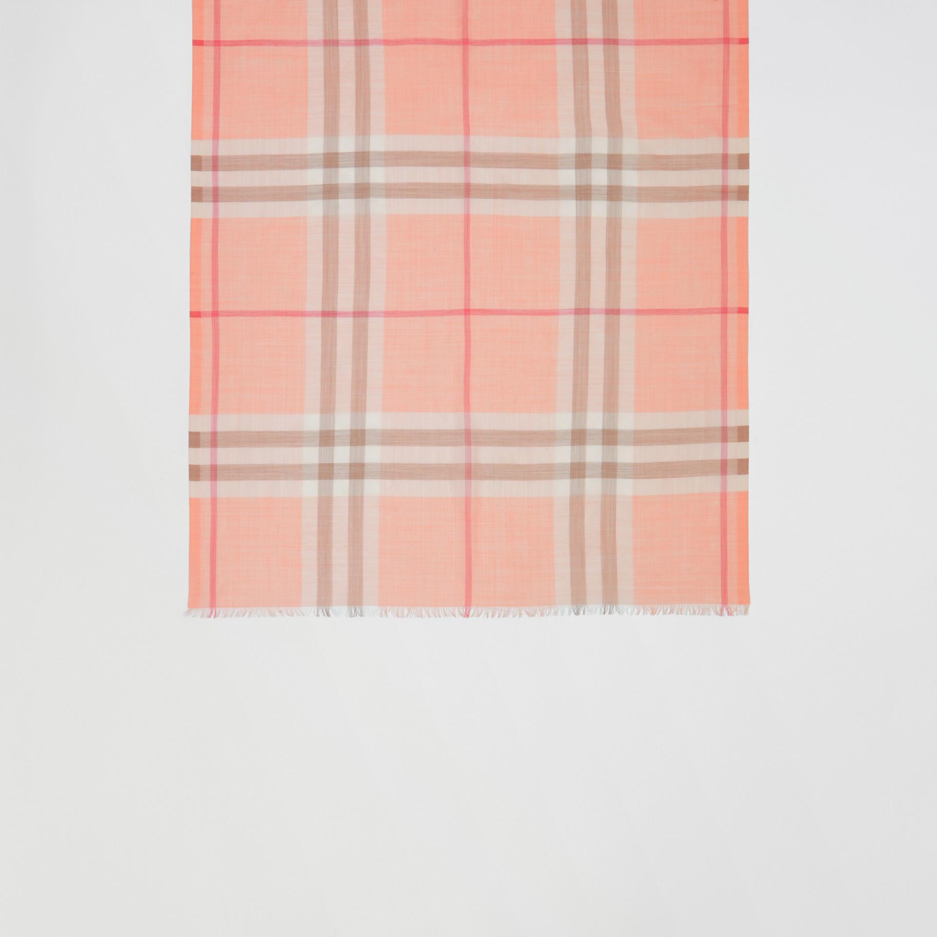 輕盈格紋羊毛絲綢圍巾 (粉蜜桃色) | Burberry - 圖庫照片 4