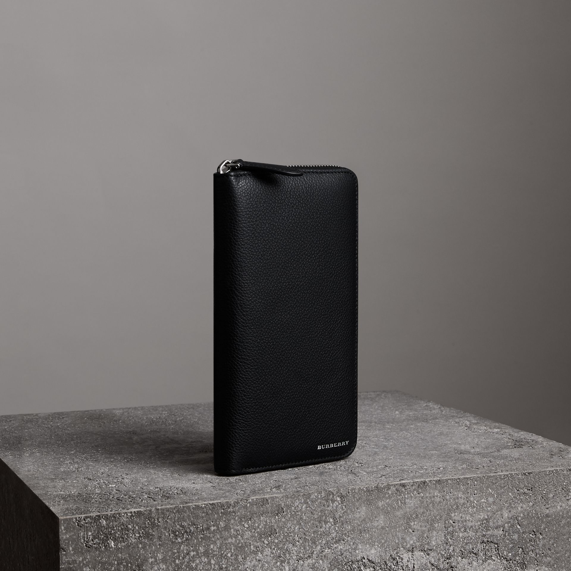 Portefeuille zippé en cuir grainé (Noir) - Homme | Burberry - photo de la galerie 0