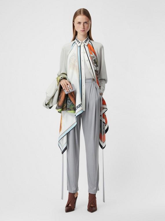 Blusa con pañuelo en seda y motivo del reino animal (Porcelana)