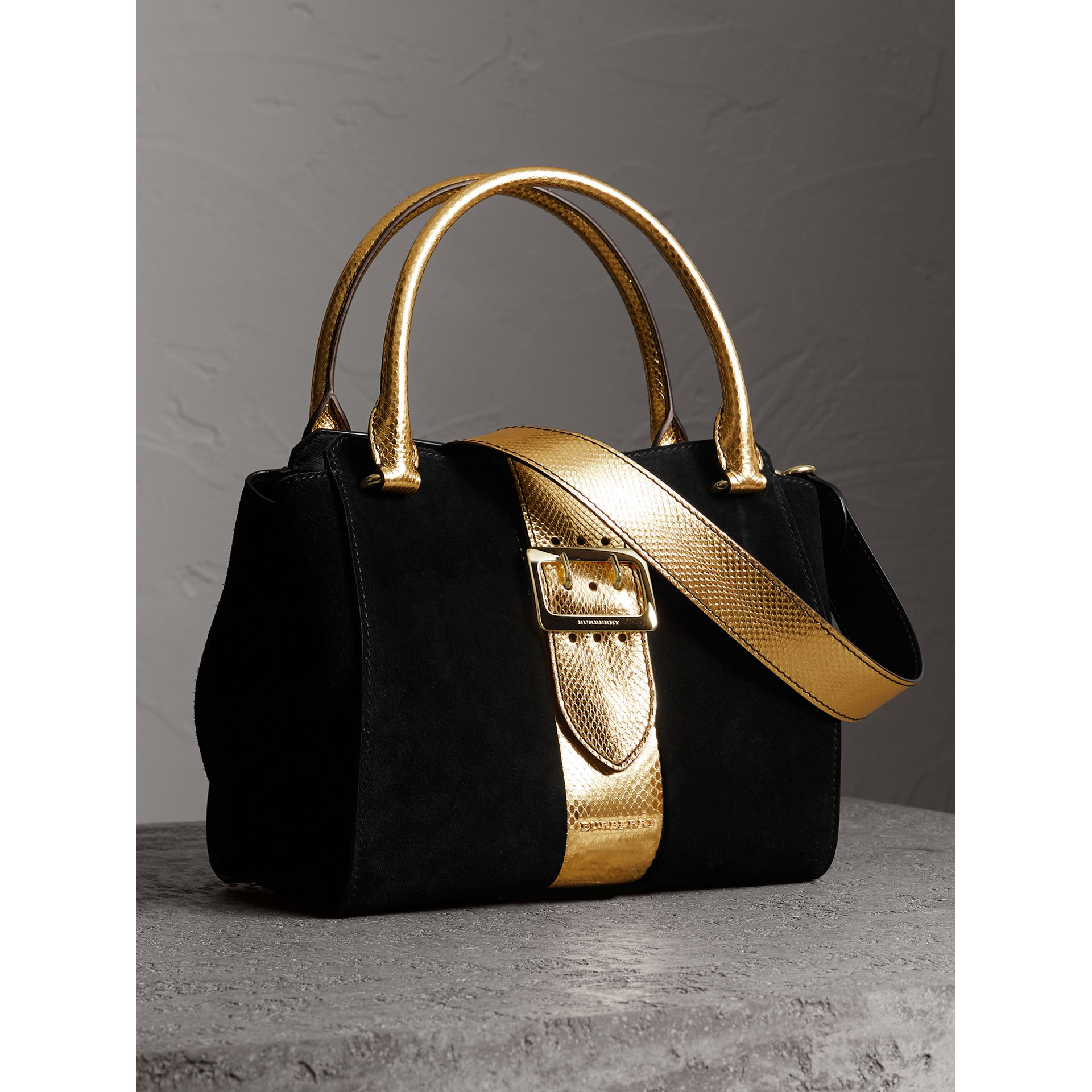 Sac tote The Buckle moyen en cuir velours et peau de serpent (Noir/or) - Femme | Burberry - photo de la galerie 6