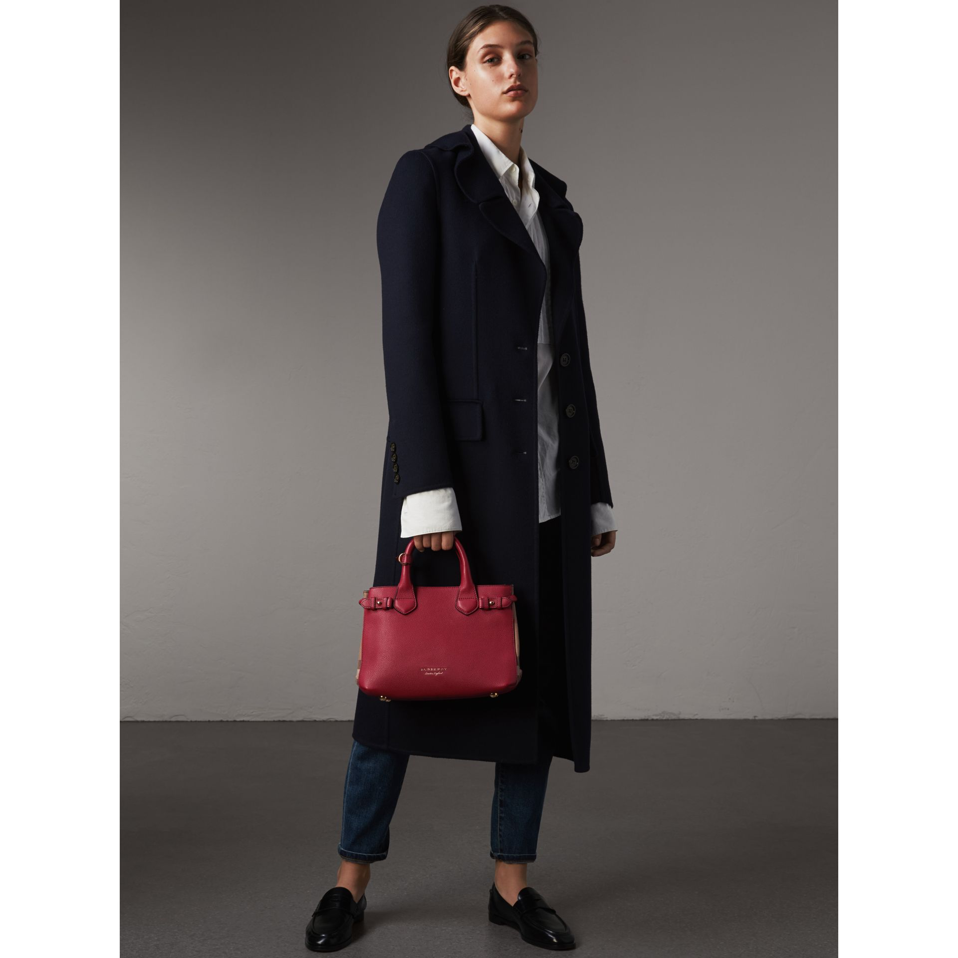 Petit sac The Banner en cuir et coton House check (Rouge Feuille Morte) - Femme | Burberry - photo de la galerie 4