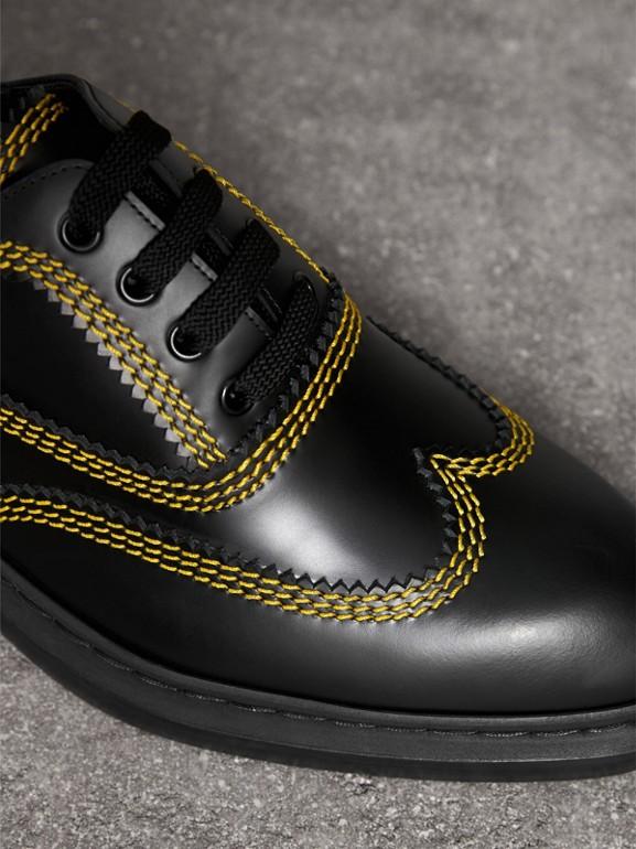 Zapatos tipo Derby en piel con pespuntes (Negro) - Hombre | Burberry - cell image 1