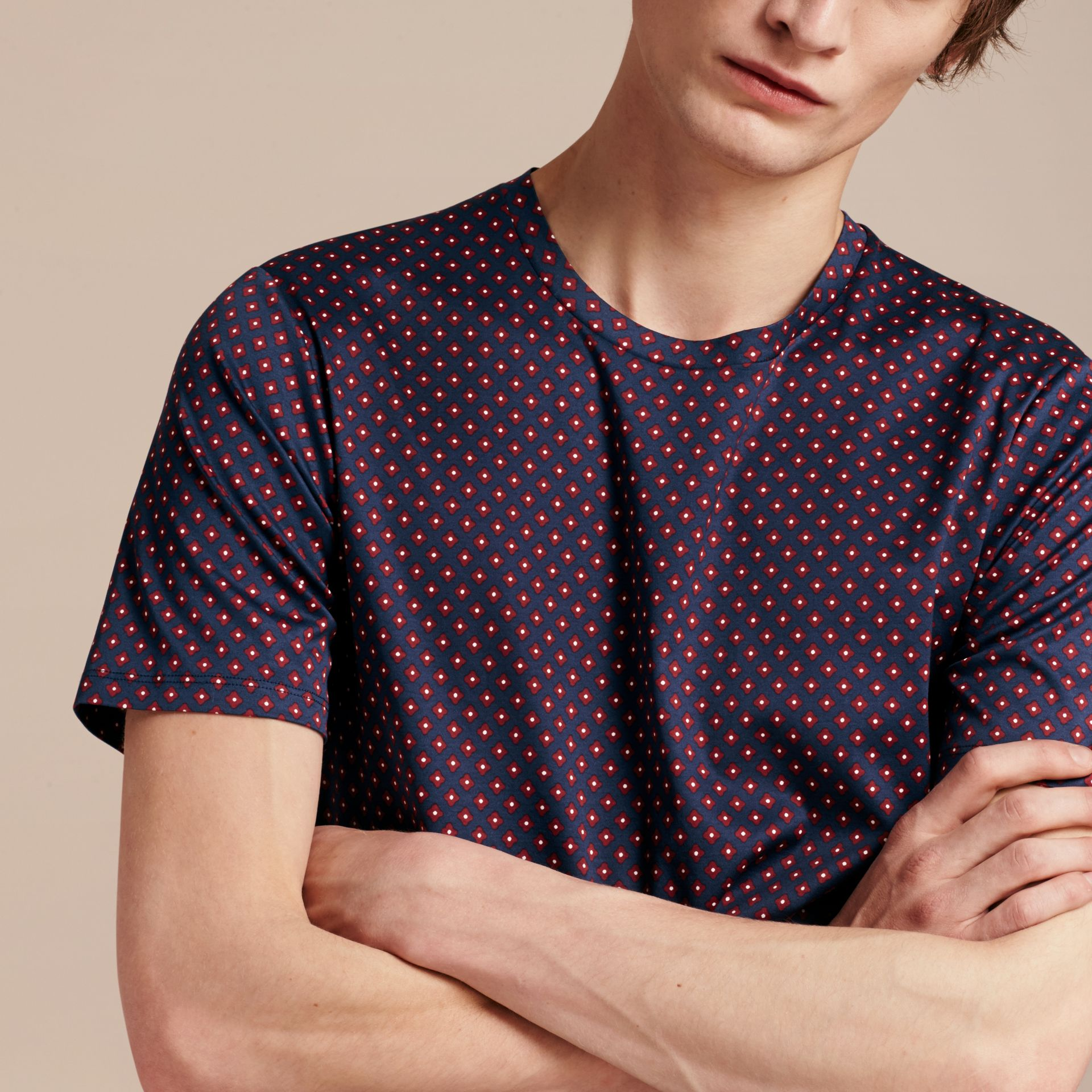 Helles marineblau Baumwoll-T-Shirt mit geometrischem Druckmotiv - Galerie-Bild 5