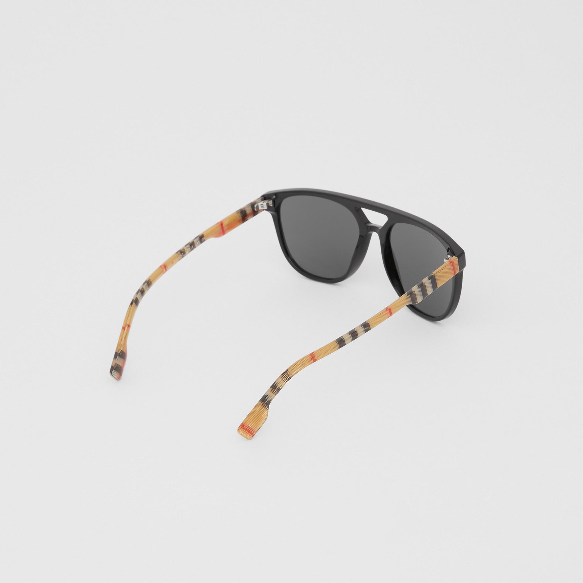 領航員太陽眼鏡 (黑色) - 男款 | Burberry - 圖庫照片 4