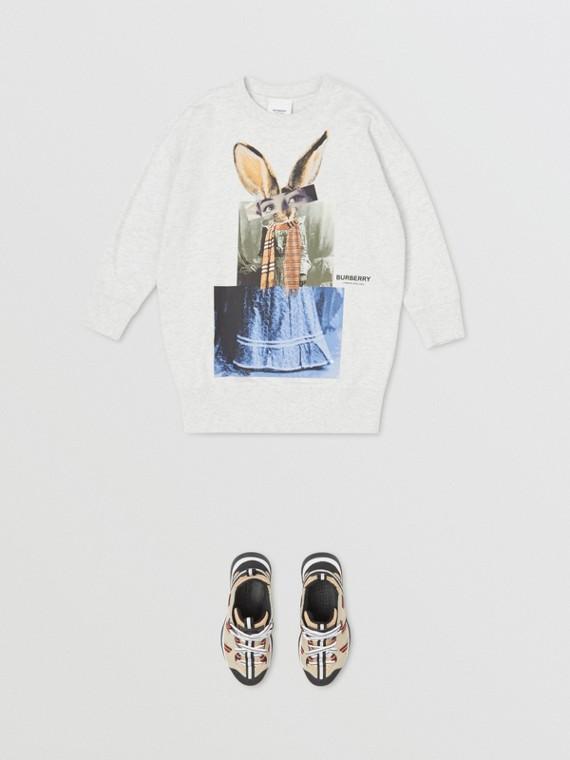 Vestido estilo sudadera en mezcla de algodón con estampado de collage (Blanco)