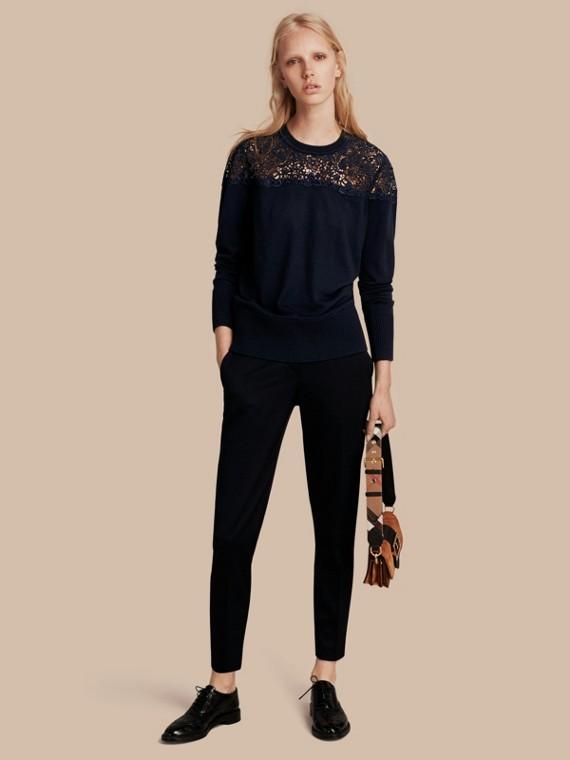Suéter de lã Merino com pala de renda Azul Marinho