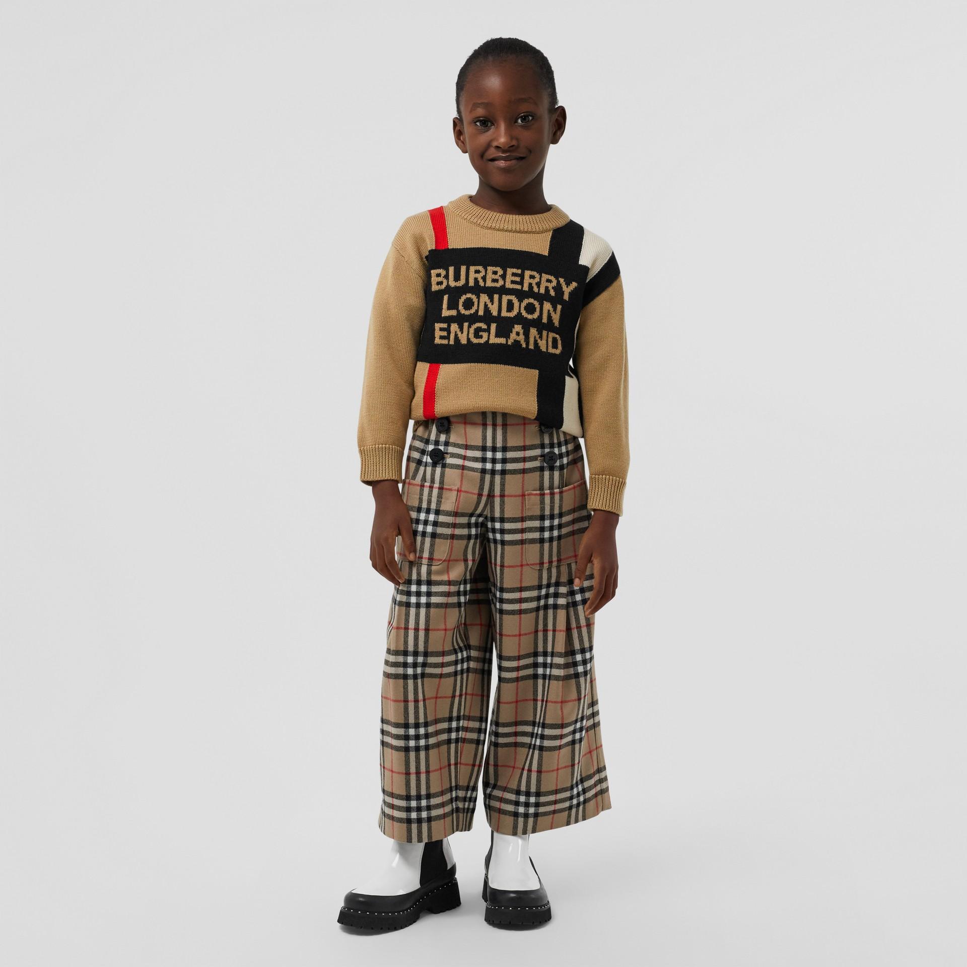 Suéter de lã com listras icônicas e logotipo em intársia (Bege Clássico) | Burberry - galeria de imagens 2