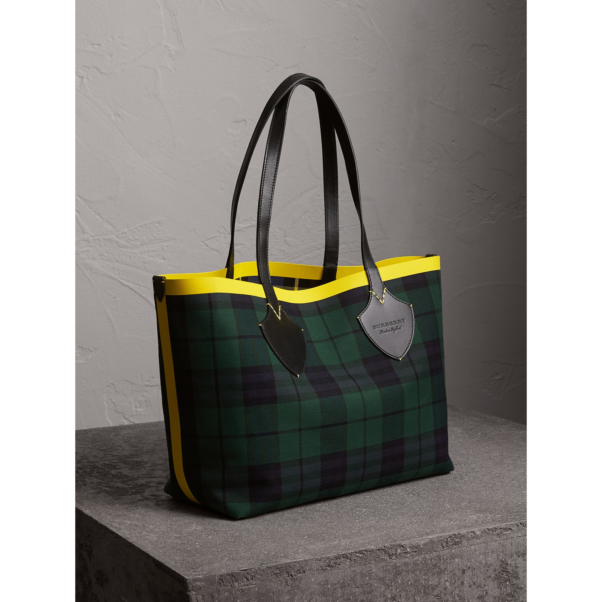 The Medium Giant Reversible Tote in Tartan Cotton in Racing Green/cobalt Blue | Burberry United Kingdom - gallery image 5