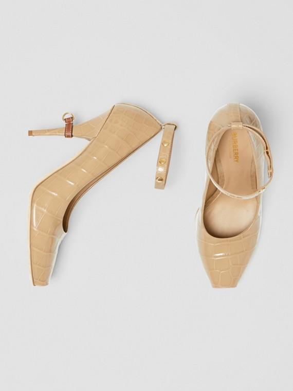 Scarpins peep-toe de couro em relevo com detalhe de argola em D (Mel Escuro)