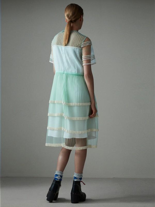 Vestido em tule com detalhe plissado e renda inglesa (Menta Claro) - Mulheres | Burberry - cell image 2