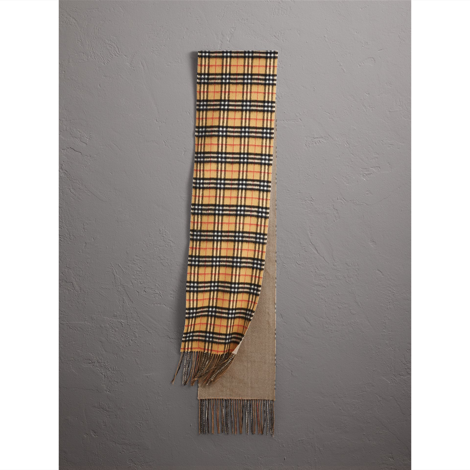 Long Reversible Vintage Check Double-faced Cashmere Scarf in Sandstone | Burberry - gallery image 0