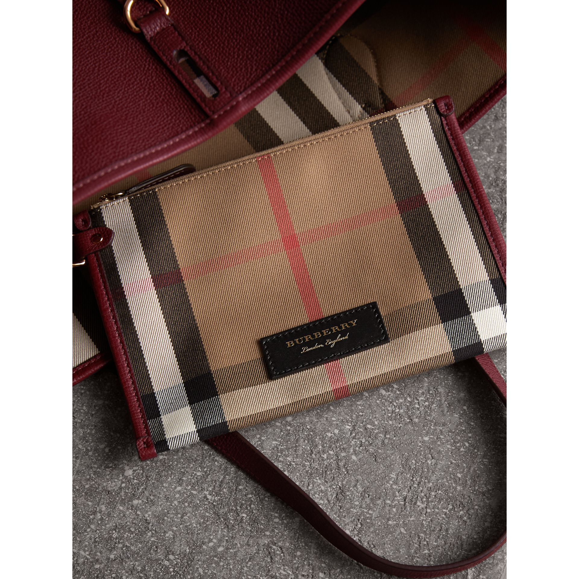 Sac tote medium en cuir grainé (Rouge Acajou) - Femme | Burberry - photo de la galerie 5