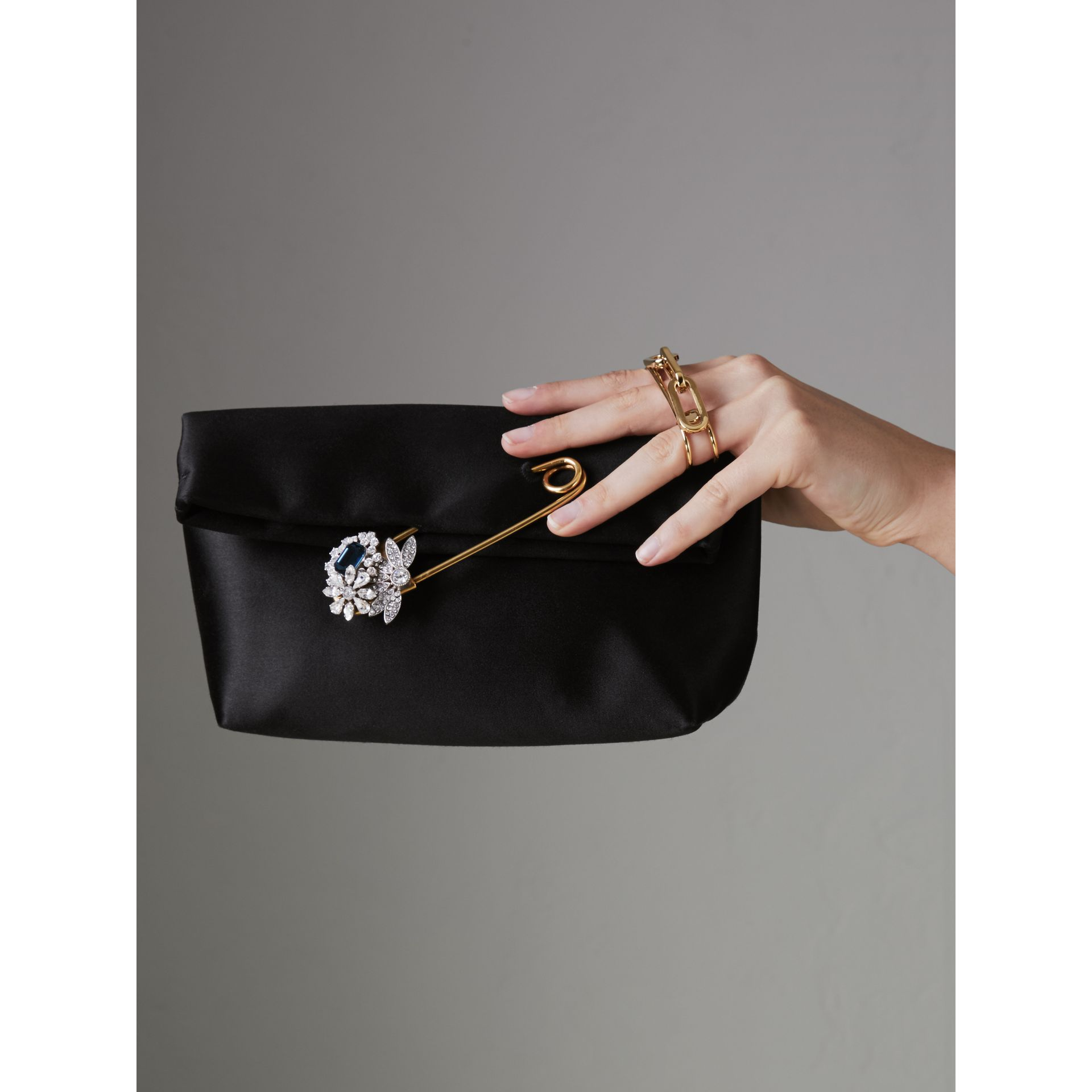 The Small Pin Clutch aus Satin (Schwarz) - Damen | Burberry - Galerie-Bild 3